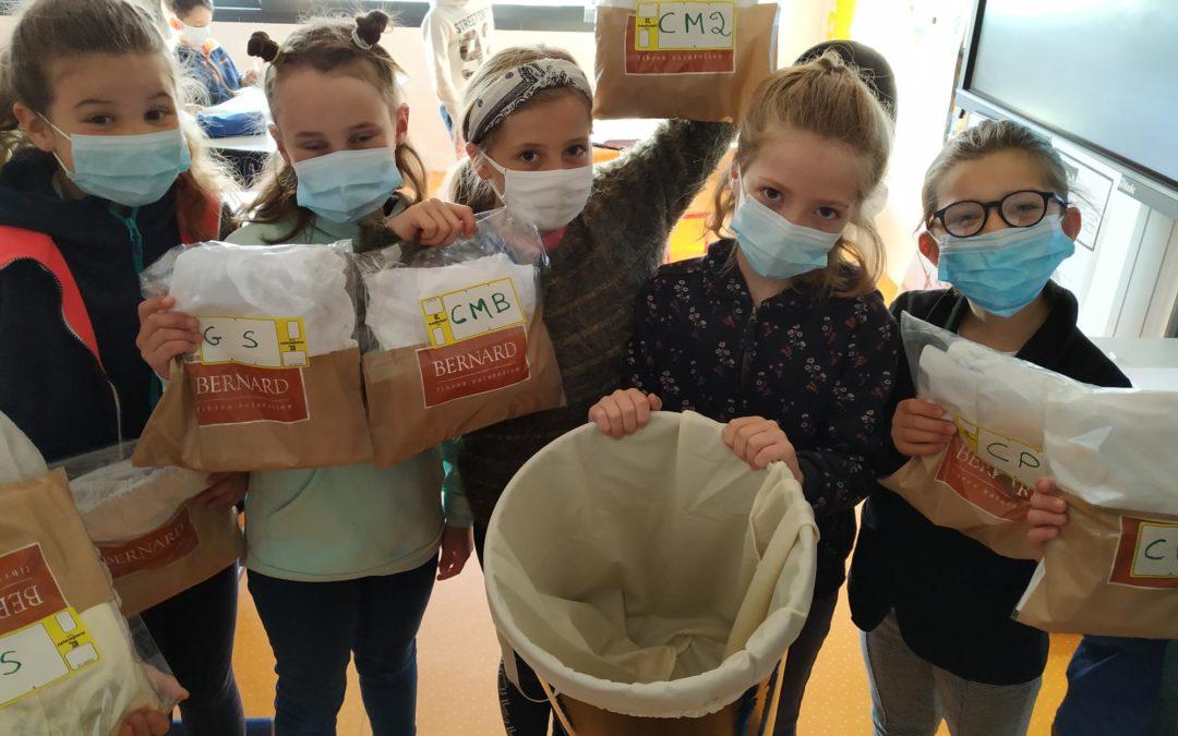 Des sacs en tissu dans les poubelles des classes